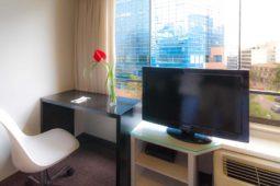 Vista a la calle, habitación. Roosevelt Hotel & Suites, San Isidro, Lima.