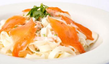 Fetuccini con Salmon Marinado y crema al Culantro